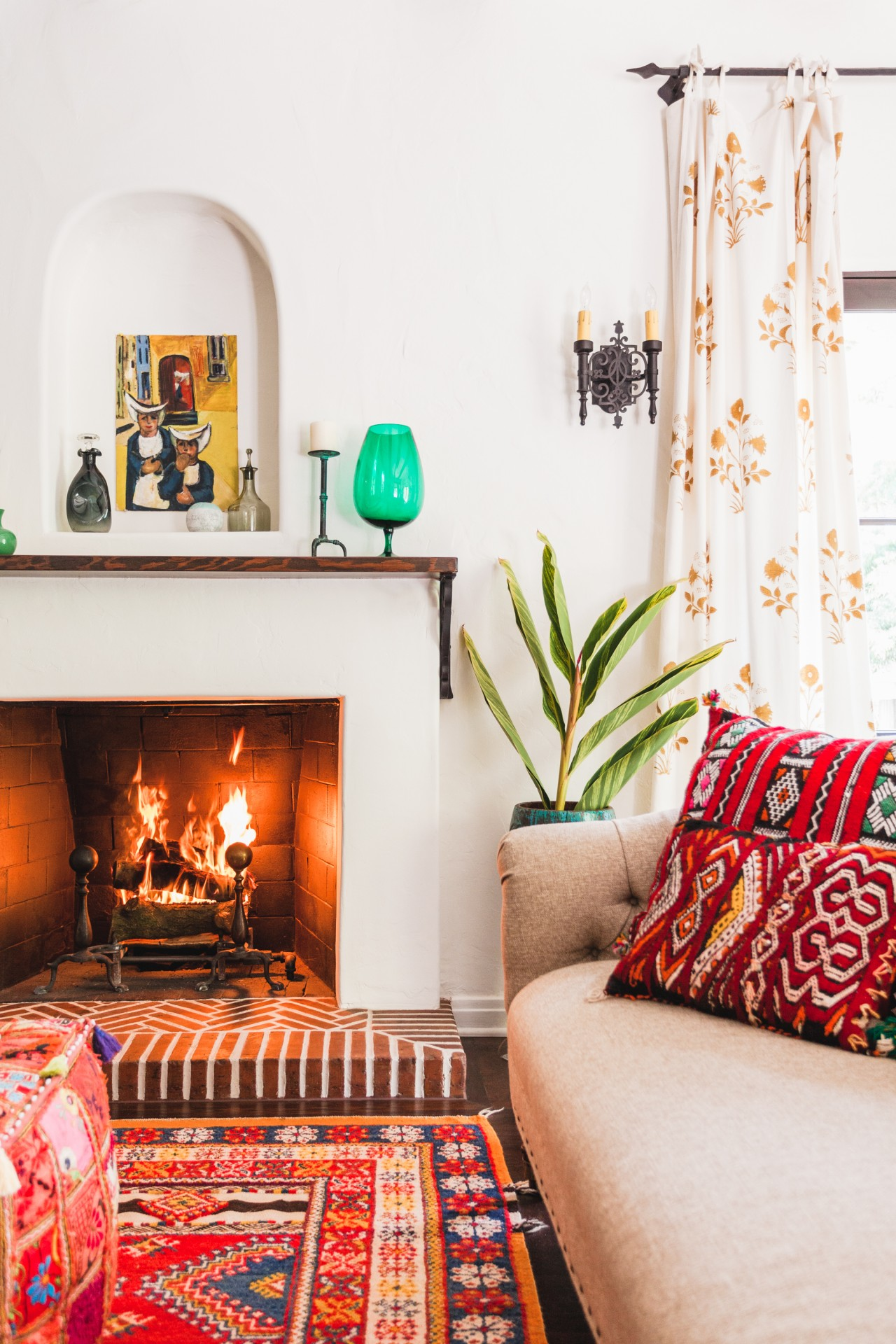 009-beachwood-canyon-living-room-fireplace-niche-styled-vintage-rug-moroccan-pouf-kilim-pillow-pattern-orange-glow-los-angeles-living